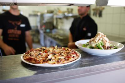 Capricorn Bar & Grill - restaurant pizza salad