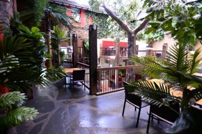 The Crafty Monkey Bar & Babble On Beer-garden