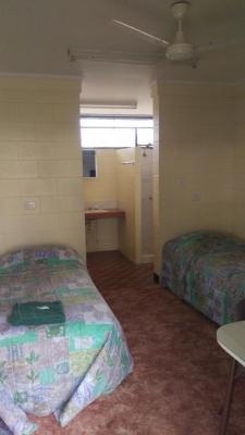 Pentland Hotel - Motel Room showing twin beds