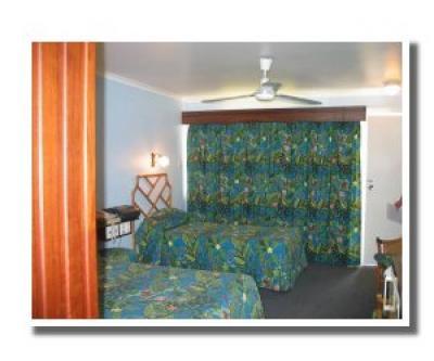 Queens Beach Motor Hotel - image 2